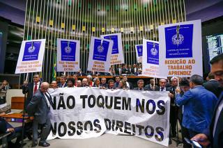 Oposição protesta na sessão de votação da reforma trabalhista