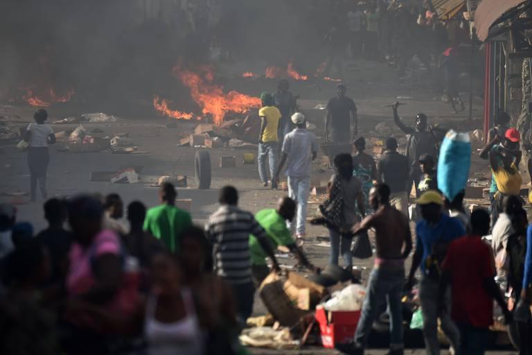 Moradores de Porto Príncipe protestam contra o aumento do preço dos combustíveis