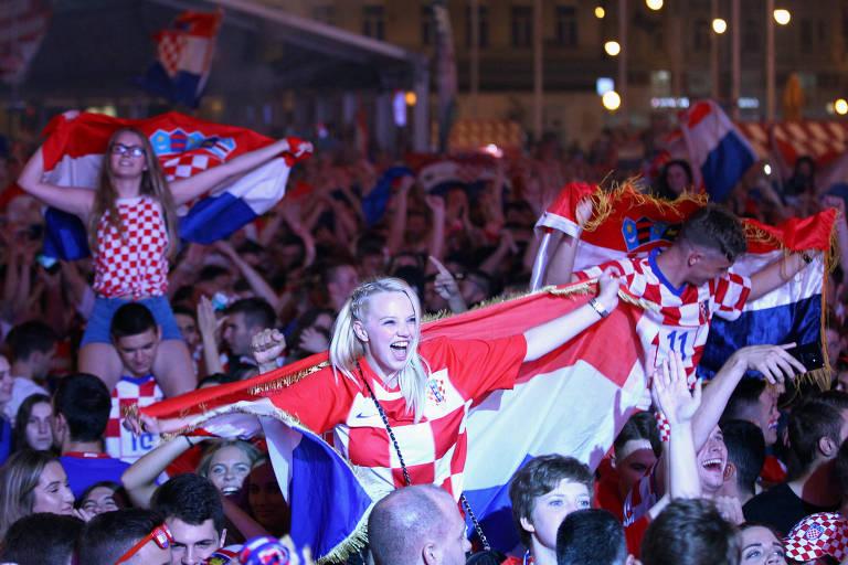 Torcedores croatas em Zagreb comemoram a vitória sobre a Rússia, que classificou a seleção do país para a semifinal da Copa do Mundo