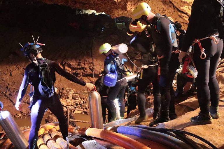 Equipes de resgate da Tailândia trabalham na caverna em que 12 meninos estão presos com o técnico