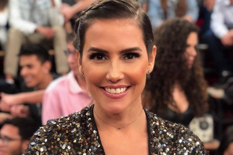 A atriz Deborah Secco participa do programa Altas Horas