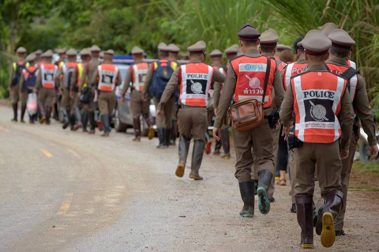 Policiais tailandeses protegem a estrada para a caverna de Tham Luang, onde quatro meninos já foram resgatados