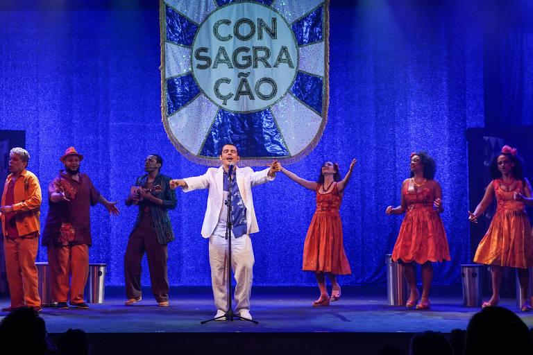 Zeca Pagodinho (Gustavo Gasparani, centro) celebra o samba em musical
