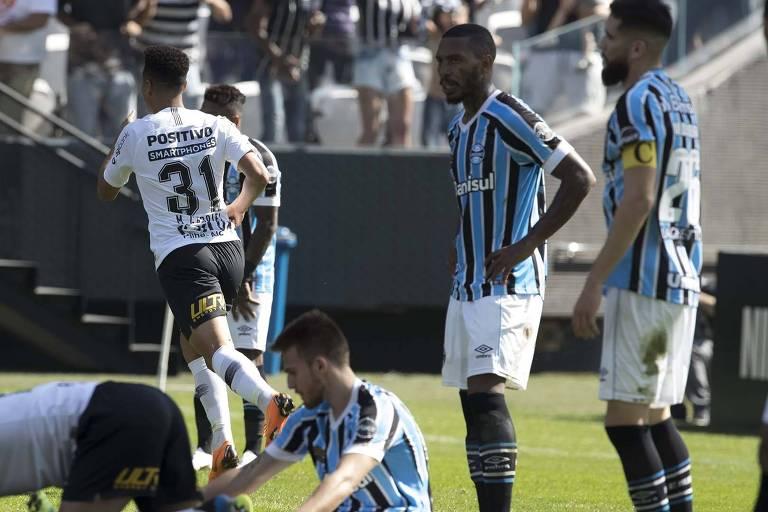 Marquinhos Gabriel (camisa 31) corre para comemorar o gol da virada do Corinthians sobre o Grêmio