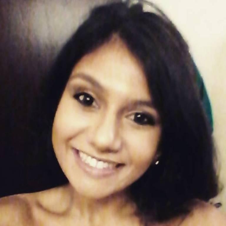 Marília Camargo de Carvalho, 27, tem cabelos e olhos pretos e sorri para a foto