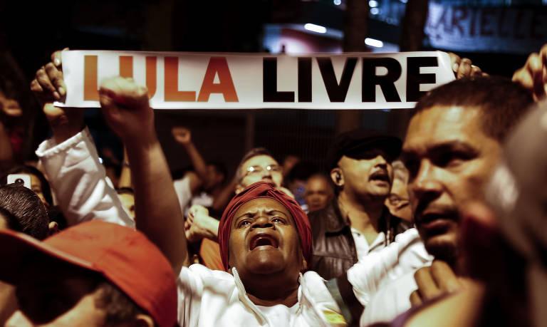 Ato pede soltura de Lula em dia de guerra de decisões