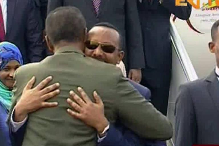 Imagem de vídeo de canal da Eritreia mostra o presidente Isaias Afwerki ( de óculos) abraçando o premiê Abiy Ahmed da Eriópia, Abiy Ahmed, no aeroporto