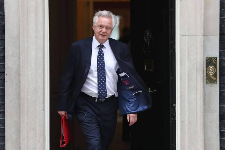 Em imagem de junho, David Davis deixa a residência do primeiro-ministro após reunião com Theresa May