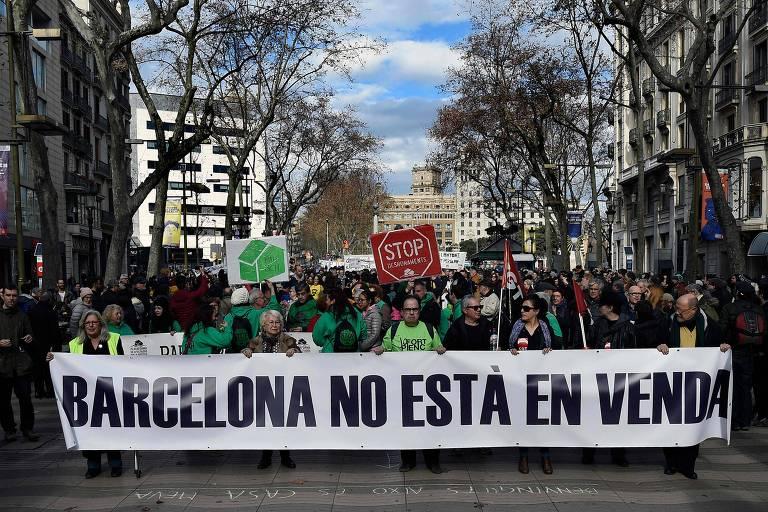 Moradores de Barcelona protestam contra o número excessivo de turistas