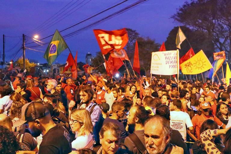 Manifestantes favoráveis ao ex-presidente Lula, neste domingo, em Curitiba