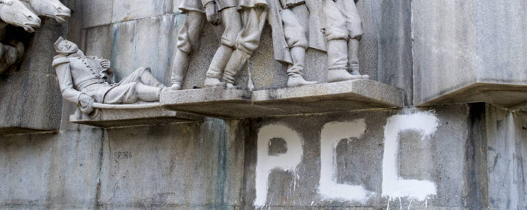 """Monumento do Duque de Caxias pichado com """"PCC"""" na base"""