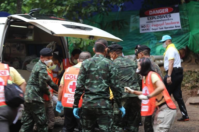 Membros da equipe de resgate levam menino tirado da caverna nesta segunda (9)