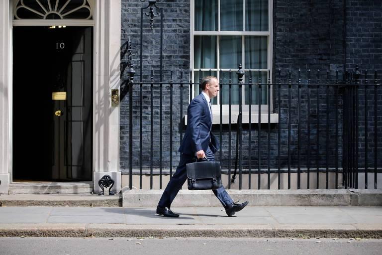 Dominic Raab, novo secretário para o 'brexit', deixa o escritório da primeira-ministra em Londres