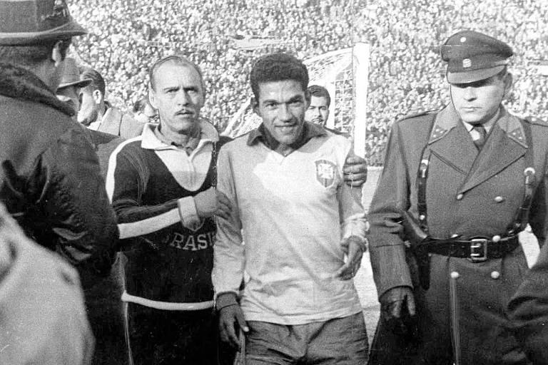 Garrincha ao lado do técnico Aimoré Moreira na Copa do Mundo de 1962, no Chile, quando a seleção brasileira conquistou o bicampeonato mundial