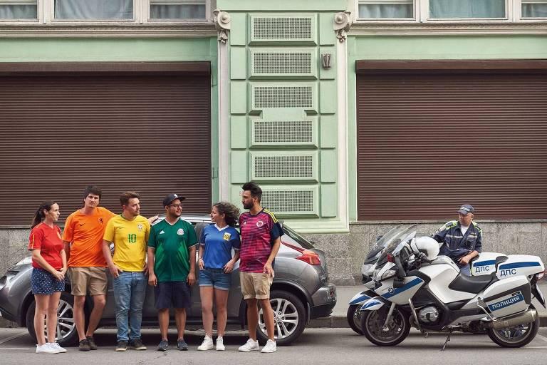 Um protesto idealizado para driblar as leis russas que reprimem manifestações homossexuais levou seis ativistas de países diferentes para passear pela capital usando camisas de suas seleções; dispostos em ordem, os uniformes da Espanha, Holanda, Brasil, México, Argentina e Colômbia formam a bandeira do arco-íris