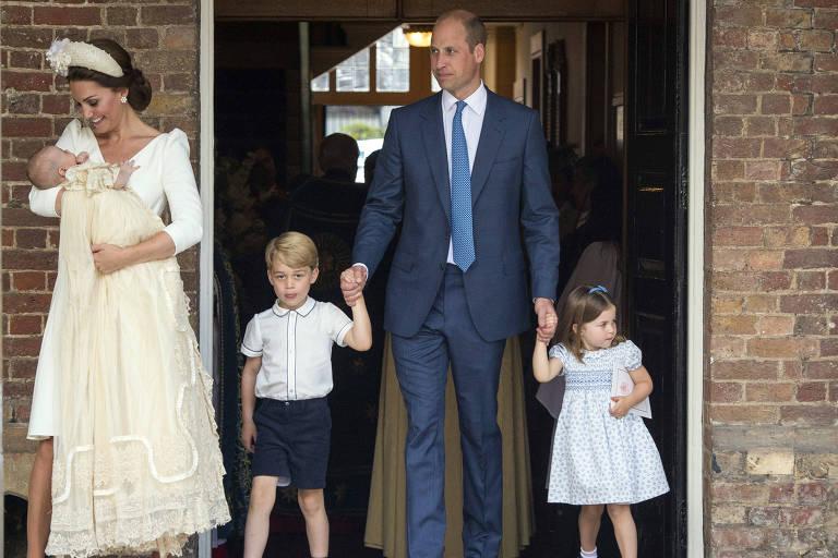 Kate Middleton chega para a cerimônia com o príncipe Louis no colo acompanhada pelo marido, o príncipe William, e os dois outros filhos do casal, George e Charlotte