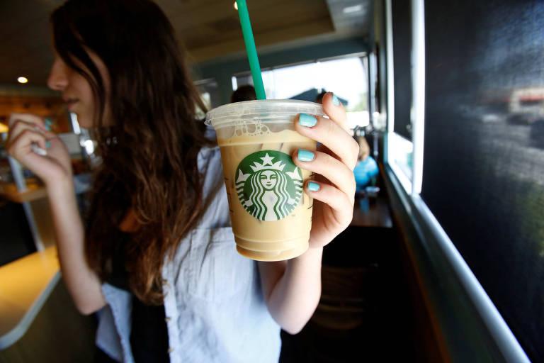 Mulher segura bebida com canudo da Starbucks em Pasadena, na Califórnia