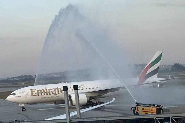 """O Boeing 777-200 LR da Emirates é """"batizado"""" com canhões d'água no aeroporto de Guarulhos"""