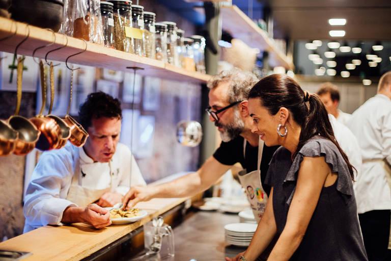 Os pais da iniciativa Refettorio Gastromotiva, David Hertz, Ale Forbes e Massimo Bottura, no restaurante, no Rio