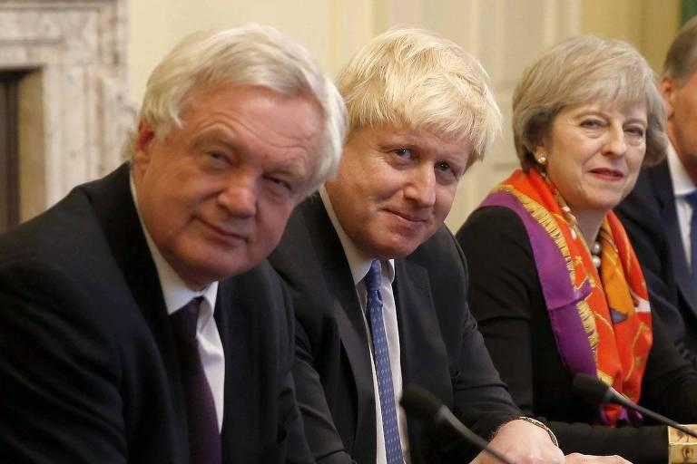 A primeira-ministra britânica Theresa May (dir.) ao lado dos dois secretários que pediram demissão: David Davis (esq.) e Boris Johnson, durante encontro do gabinete em Londres