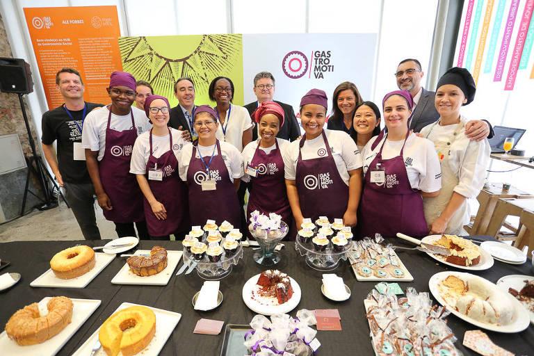 David Hertz (esq.) e equipe de alunos do Gastromotiva mostram pratos no anúncio do lançamento de laboratório de receitas com apoio do Carrefour