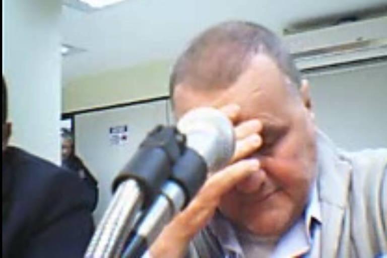 Geddel Vieira Lima coloca a mão na testa em depoimento à Polícia Federal