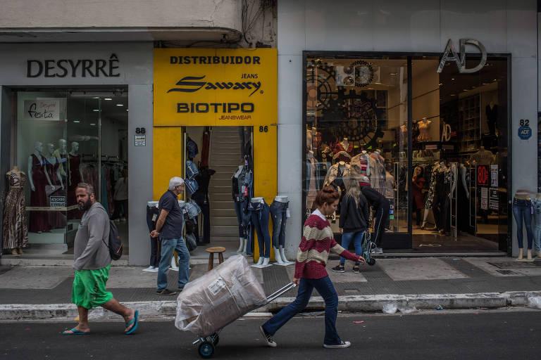 Lojistas na região do Bom Retiro, no centro de São Paulo