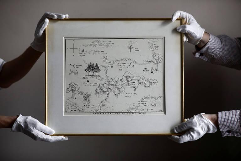 Funcionários da Sotheby's exibem mapa original do Bosque dos Cem Acres do Ursinho Pooh em Londres