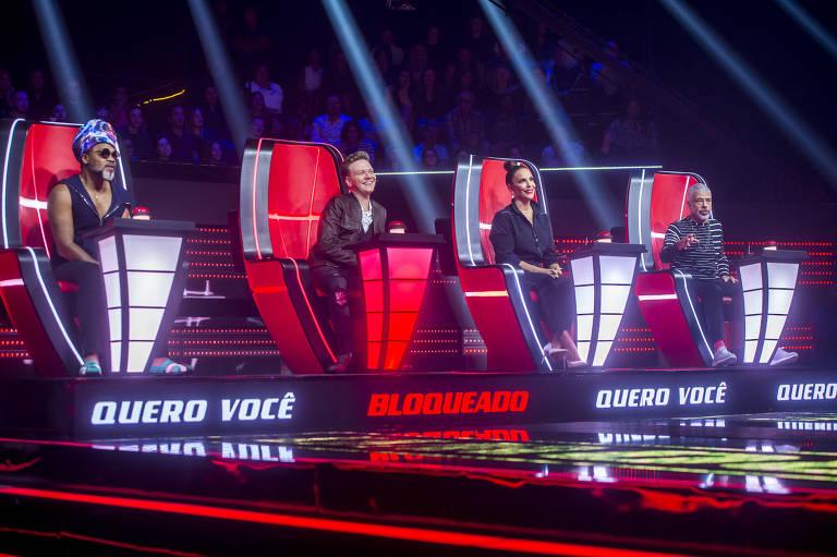 Jurados do The Voice Brasil enfileirados em suas cadeiras