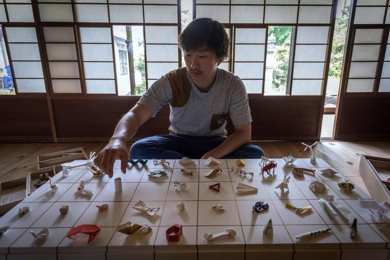 O japonês Yuki Tatsumi mostra sua coleção de origamis feita por clientes