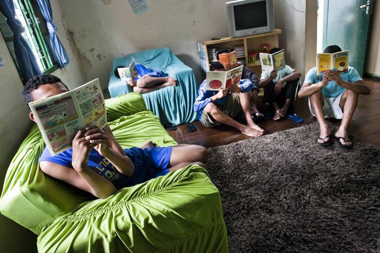 Adolescentes que moram no abrigo Casa Taiguara, em São Paulo