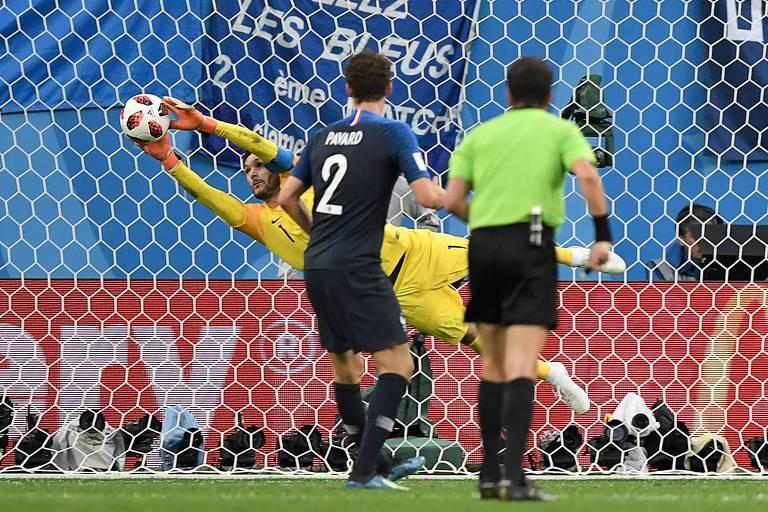 O goleiro da seleção francesa, Hugo Lloris, faz defesa no jogo contra a Bélgica