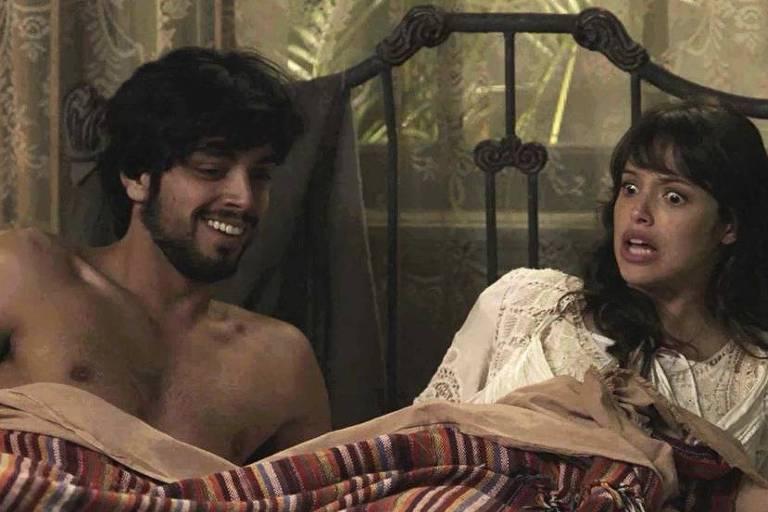 Ernesto (Rodrigo Simas) e Ema (Agatha Moreira) acordam juntos