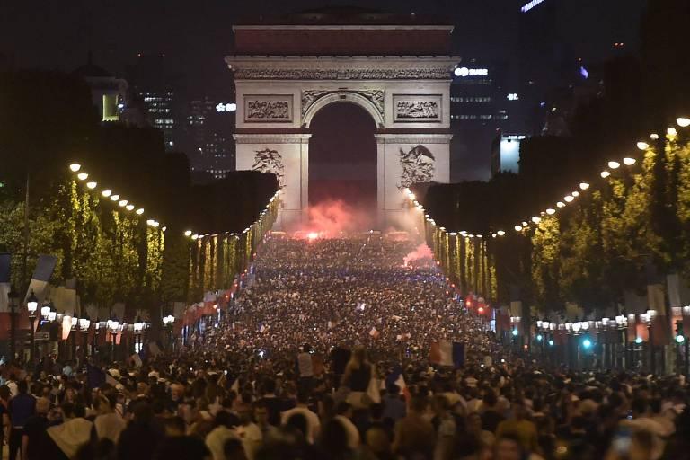 Franceses celebram classificação nas ruas de Paris