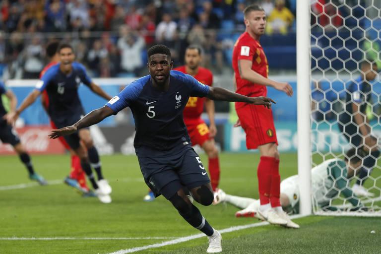 Samuel Umtiti comemora após marcar o gol que deu a classificação à França