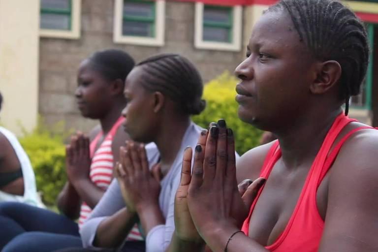 A professora que ensina yoga para elevar a autoestima de presidiárias