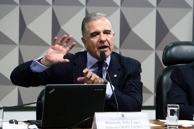 Deputado Júlio Lopes (PP-RJ), acusado de receber propina de empresário fornecedor de hospital, fala em reunião na Câmara dos Deputados