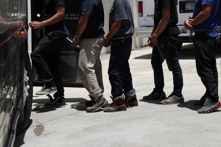 Imigrantes ilegais entram em ônibus após audiência em tribunal de McAllen, no Texas (EUA)