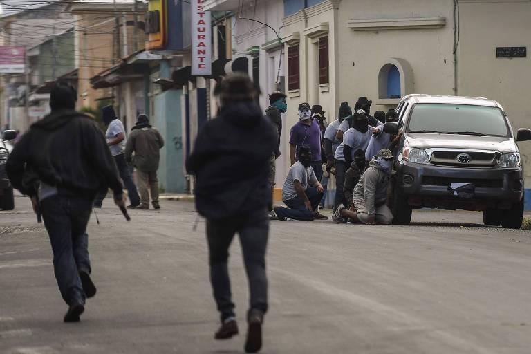 Paramilitares nicaraguenses cercam a basílica de San Sebastián, em Diriamba, onde religiosos foram agredidos, segundo OEA