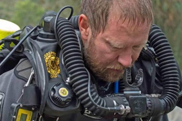 Homem com equipamento de mergulho