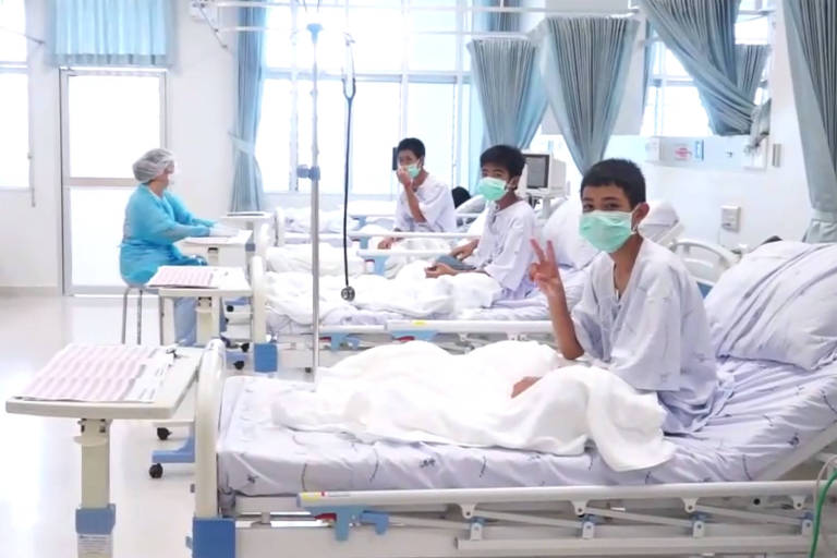 Os 12 meninos resgatados da caverna,Tham Luang, se recuperam no hospital de Chiang Rai, na Tailândia