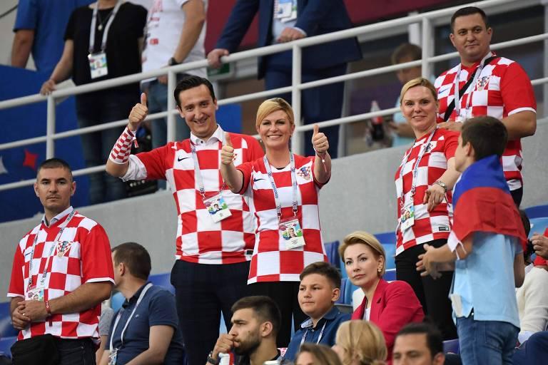 A presidente da Croácia, Kolinda Grabar-Kitarovic (centro), no meio da torcida em partida das quartas de final na Copa da Rússia