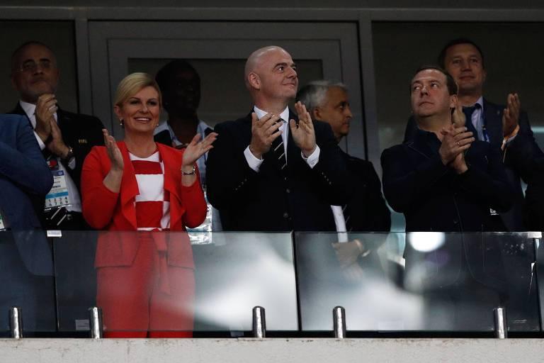 A presidente da Croácia, Kolinda Grabar-Kitarovic, assiste à partida entre seu país e a Rússia ao lado do presidente da Fifa, Gianni Infanfino (centro) e do primeiro-ministro da Rússia, Dmitri Medvedev