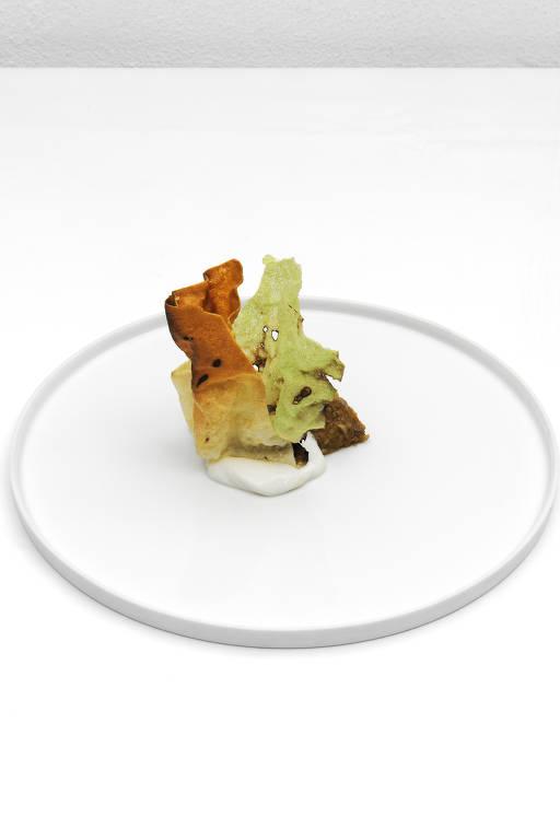 """O prato """"a parte crocante da lasanha"""", com a casquinha da massa e molhos bechamel e bolonhesa"""