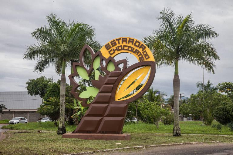 O totem gigante em forma de barra de chocolate marca o início da Estrada do Chocolate, em Ilhéus