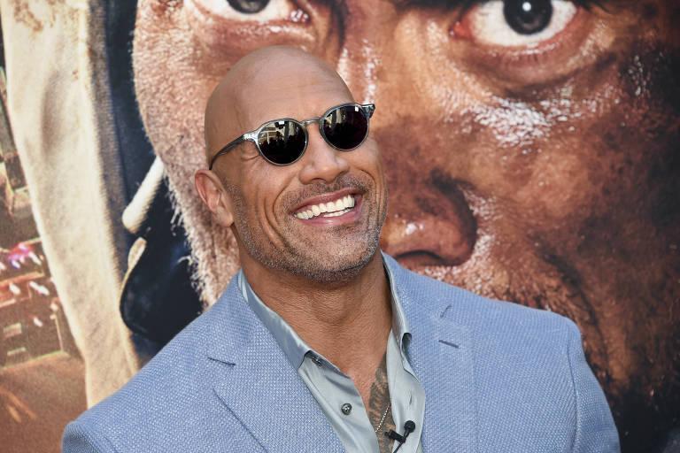 homem de óculos escuro