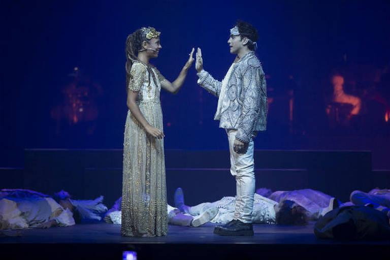 """Atores Bárbara Sut e Thiago Machado em musical """"Romeu e Julieta"""""""