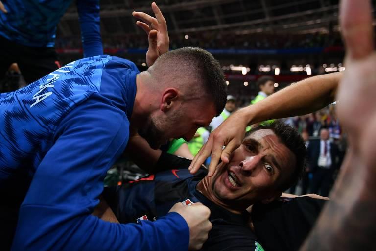 Fotógrafo cai durante comemoração de gol da Croácia