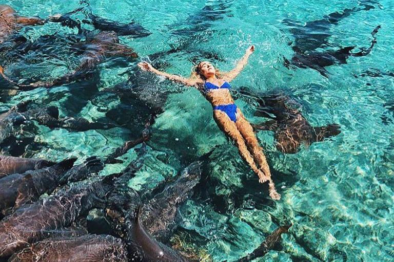 Modelo de 19 anos é mordida por tubarão em praia nas Bahamas, e sogro fotografa o ataque