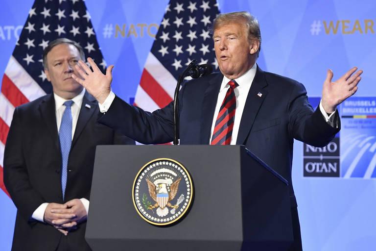 Trump fala em frente a duas bandeiras dos Estados Unidos